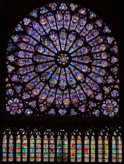 Vitral em forma de rosácea na Catedral de Notre Dame_Paris