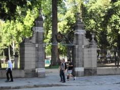 A entrada do Passeio Público.