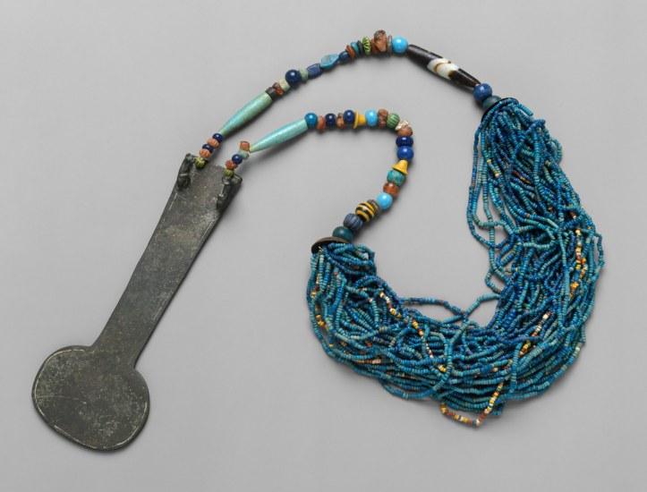 Colar de pedras preciosas e metal (possivelmente como instrumento sonoro em rituais) e relacionado ao reinado de Menat.