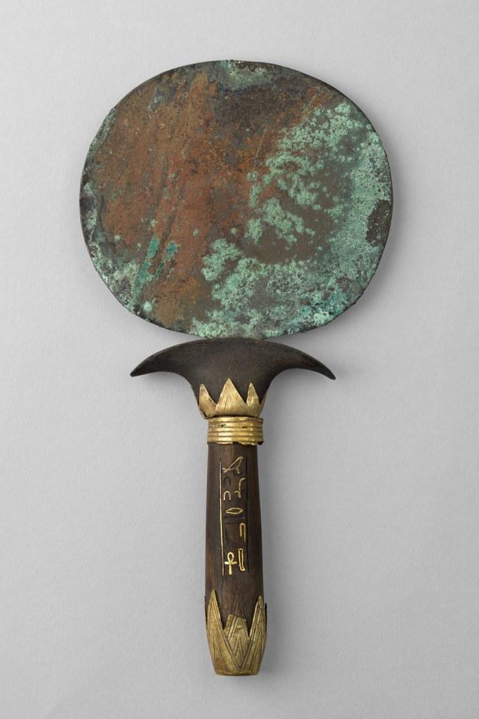 Espelho em cobre (já oxidado), com cabo de madeira e adornos em ouro.