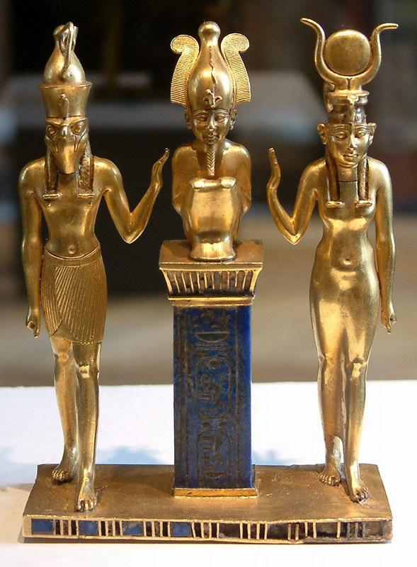 Os deuses Hórus, Osíris e Ísis (ouro e lápis lazuli).