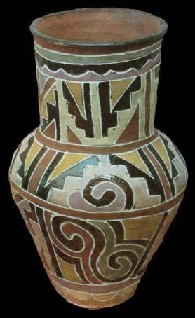 Entre os Kadiwéu (MS), também são as mulheres que decoram a cerâmica. Elas utilizam padrões que seguem um repertório rico, mas fixo, de formas preenchidas com variadas cores.
