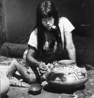 A cerâmica Karajá é arte exclusiva das mulheres.